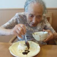 さらに、生クリーム・チョコレートをかけて・・・
